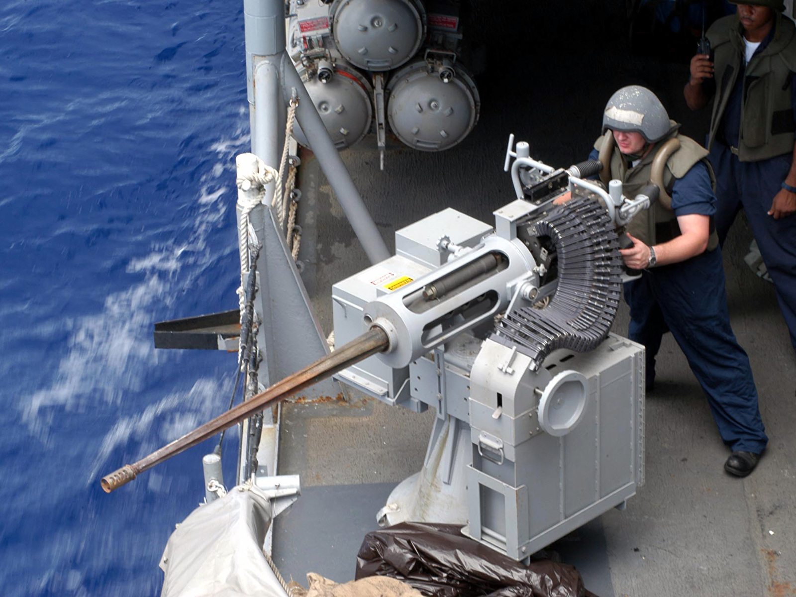 Noticias Y Generalidades - Página 5 Mk38-m242-bushmaster-being-manned-aboard-the-guided-missile-frigate-uss-ingraham-ffg-61-june-2003-1600%C3%971200